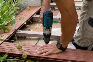 Visser les lames en bois de la terrasse extérieure