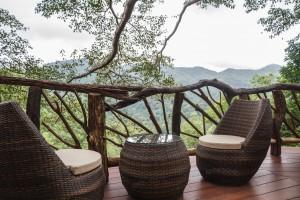 Fauteuil et tabourets d'extérieur pour aménager une terrasse en bois