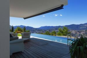 Une terrasse en bois et une piscine, le rêve