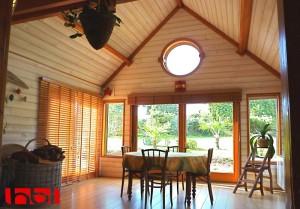 Une grande baie vitrée à ossature bois